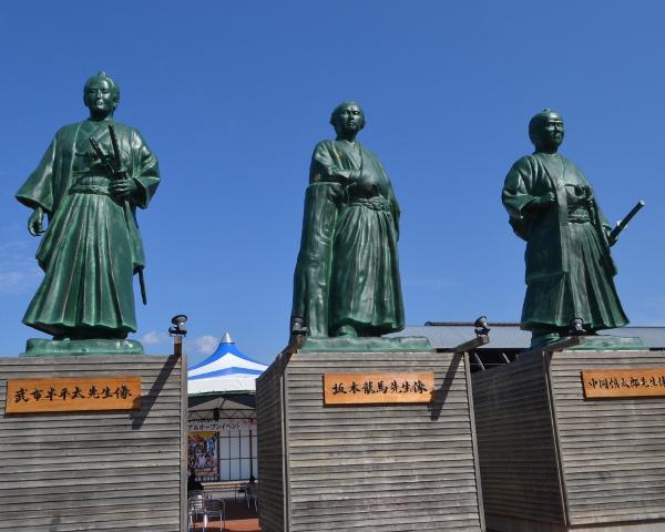 こうち旅広場前の三志士像
