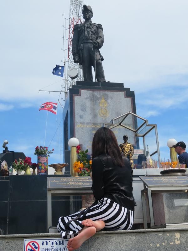 ラマ五世像の前で祈る女性