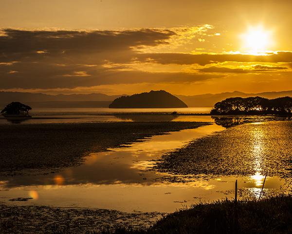 長浜市の琵琶湖畔から望む夕景